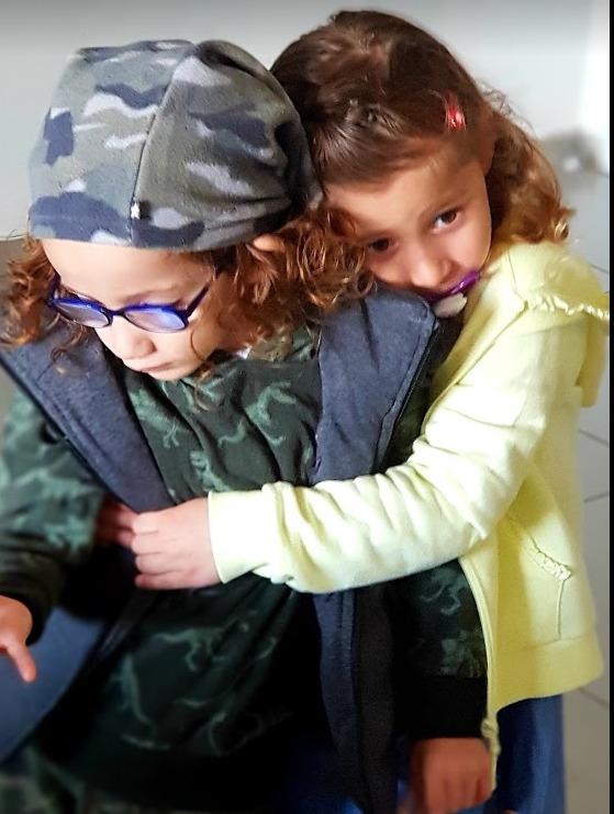 בארי ואחותו מחובקים (באדיבות המשפחה)