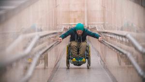 אדם בכסא גלגלים על רמפה