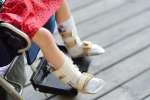 ילדה בכסא גלגלים. אילוסטרציה